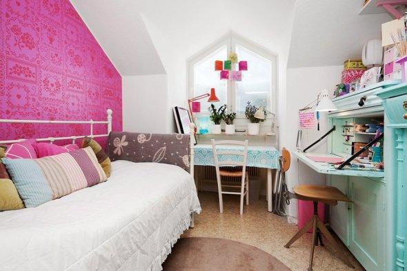 super popular a6377 0d7d4 Sovrummet har en toile de Jouy-mönstrad tapet i rosa, vitt och svart. Toile  de Jouy består av detaljerade bilder av t.ex. människor eller blommor och  ...
