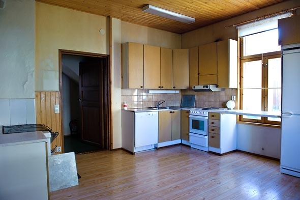Köksbänk framför låga fönster
